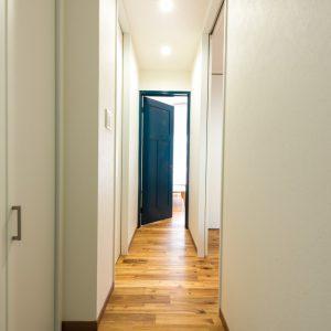 青い扉が印象的なカジュアルな家
