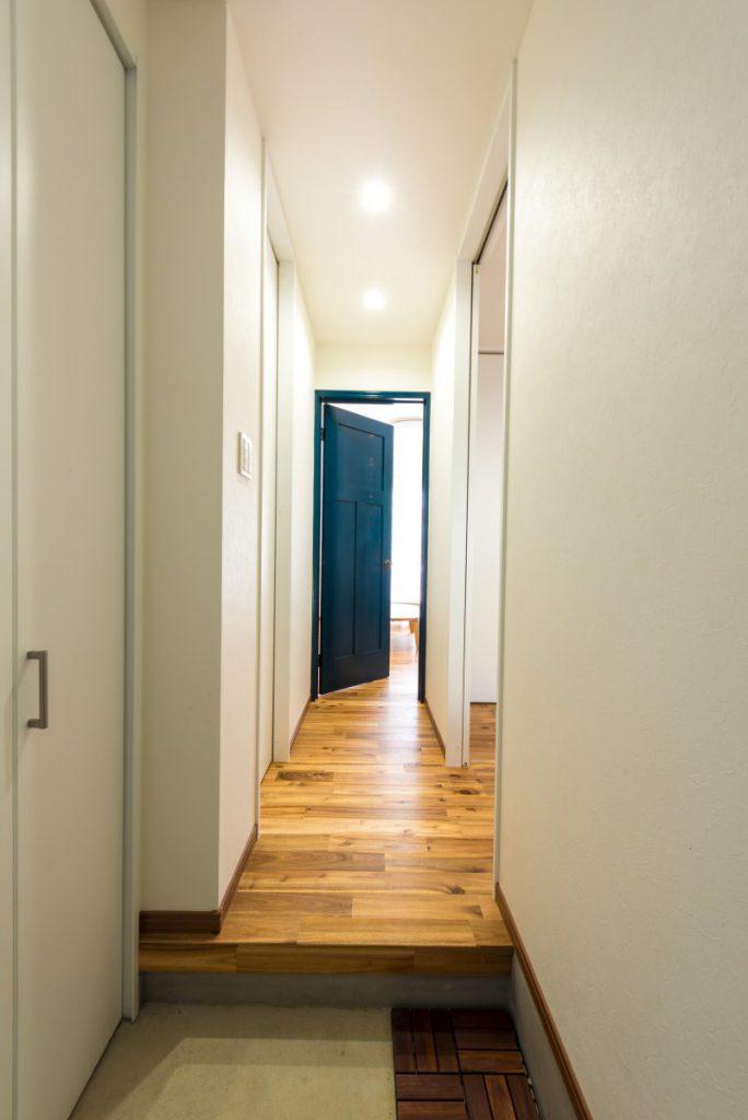 青い扉が印象的なカジュアルな家イメージ1